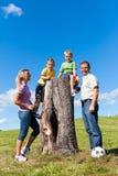 Familie op excursie in de zomer stock foto's