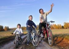 Familie op fiets royalty-vrije stock afbeelding
