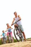Familie op fietsen royalty-vrije stock afbeelding