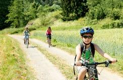 Familie op fietsreis Stock Afbeeldingen