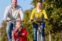 Familie op fietsreis in park Royalty-vrije Stock Afbeeldingen
