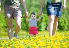 Familie op gang in park. Stock Afbeeldingen