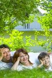 Familie op gras