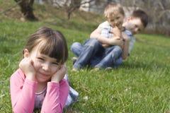 Familie op gras Stock Afbeelding