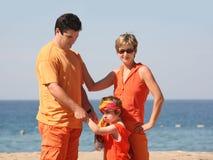 Familie op het strand stock foto's