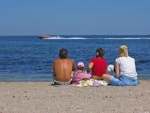 Familie op het strand Stock Afbeeldingen