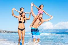 Familie op het strand Stock Fotografie