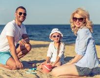 Familie op het strand royalty-vrije stock afbeeldingen