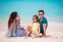 Familie op het strand royalty-vrije stock foto