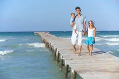 Familie op houten pier Stock Fotografie