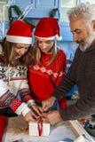 Familie op Kerstmisdag terwijl het voorbereiden van gift royalty-vrije stock foto's