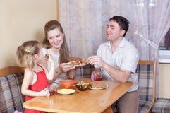 Familie op keuken Stock Foto's
