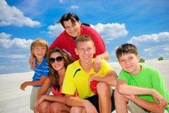 Familie op kust royalty-vrije stock afbeeldingen