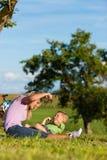 Familie op ontsnapping met fietsen royalty-vrije stock foto