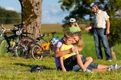 Familie op ontsnapping met fietsen royalty-vrije stock foto's