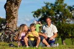 Familie op ontsnapping met fietsen stock foto's