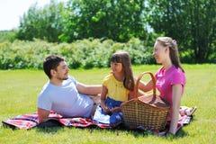 Familie op picknick Stock Fotografie