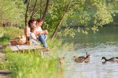 Familie op picknick Stock Foto's