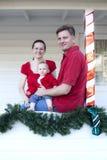 Familie op portiek bij Kerstmis stock afbeelding