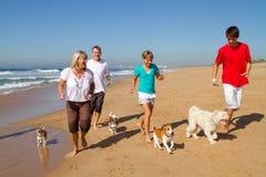Familie op strand Stock Afbeeldingen