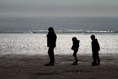 Familie op strand. Royalty-vrije Stock Afbeeldingen