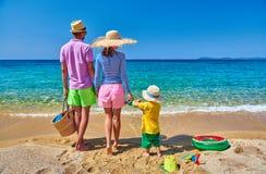 Familie op strand in Griekenland De vakantie van de zomer royalty-vrije stock afbeelding