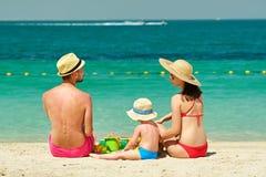 Familie op strand Peuter het spelen met moeder en vader stock afbeelding
