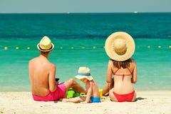 Familie op strand Peuter het spelen met moeder en vader stock foto