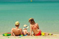 Familie op strand Peuter het spelen met moeder en vader Royalty-vrije Stock Foto