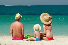 Familie op strand Peuter het spelen met moeder en vader Royalty-vrije Stock Afbeeldingen