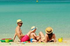 Familie op strand Peuter het spelen met moeder en vader stock afbeeldingen