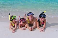 Familie op strandvakantie Stock Foto's