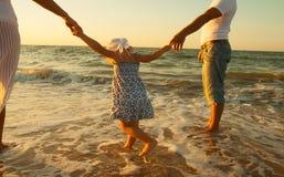 Familie op strandvakantie royalty-vrije stock foto