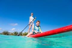 Familie op tropische vakantie Stock Foto's