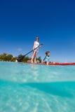 Familie op tropische vakantie Stock Afbeeldingen