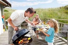 Familie op vakantie die barbecue heeft royalty-vrije stock foto's