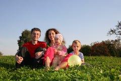 Familie op weide Stock Afbeelding