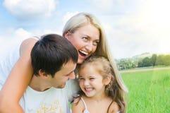 Familie op weide Stock Afbeeldingen