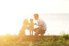 Familie openluchtpret in zonsondergang bij kust Royalty-vrije Stock Foto's