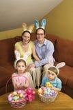 Familie in Pasen. Royalty-vrije Stock Afbeeldingen