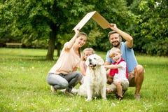 Familie plant Hausbau stockbilder