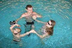 Familie in pool royalty-vrije stock afbeelding