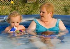 Familie in Pool stock afbeelding