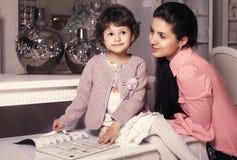familie portrait.mother met oud meisje 5 jaar Royalty-vrije Stock Foto's