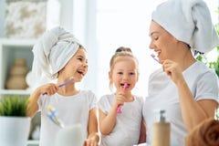 Familie putzen Zähne lizenzfreie stockfotos