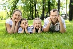 Familie samen in het park royalty-vrije stock foto's