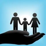Familie in schalenförmiger Hand auf blauem Hintergrund Stockfoto