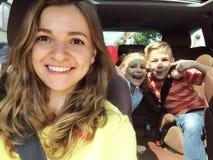 Familie selfie foto in auto op de zomervakantie stock foto