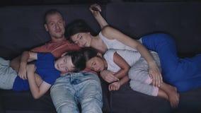 Familie sieht am Abend fern stock footage