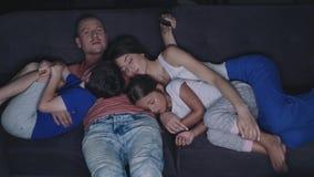Familie sieht am Abend fern stock video